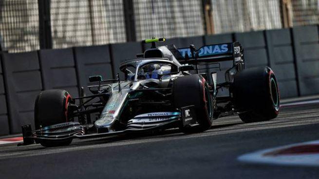La Mercedes di Bottas sul circuito di Abu Dhabi (Lapresse)