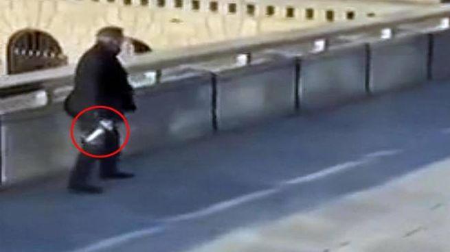 Attentato Londra, un passante si allontana con l'arma dell'aggressore (Ansa)