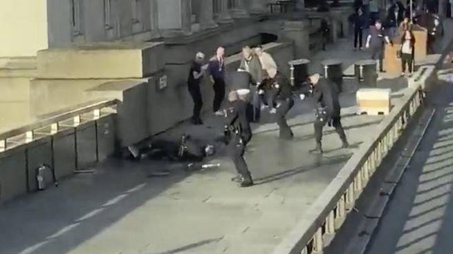 Attentato a Londra, gli agenti neutralizzano l'aggressore (Ansa)