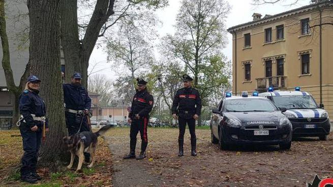 Carabinieri e polizia municipale al Gad