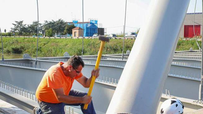 Operai al lavoro nel ponte sul canale Burana. Presto toccherà al ponte di San Giovanni
