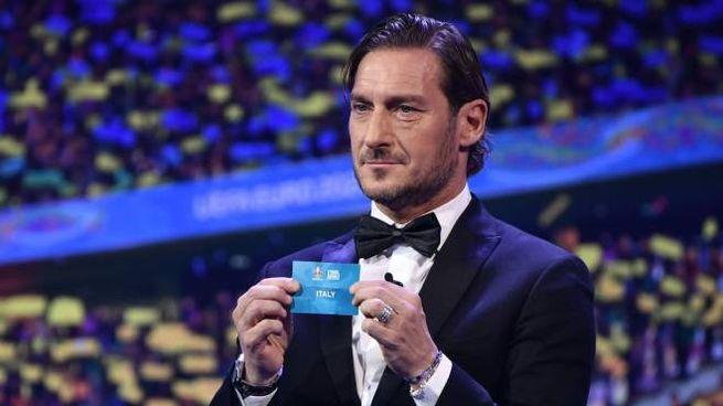 Francesco Totti durante il sorteggio degli Europei (LaPresse)