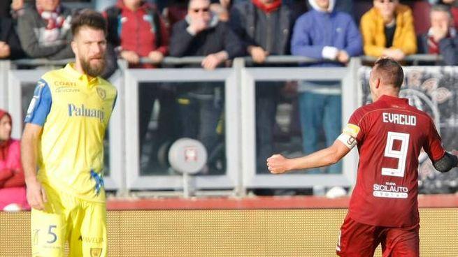 L'esultanza di Evacuo dopo il gol al Chievo