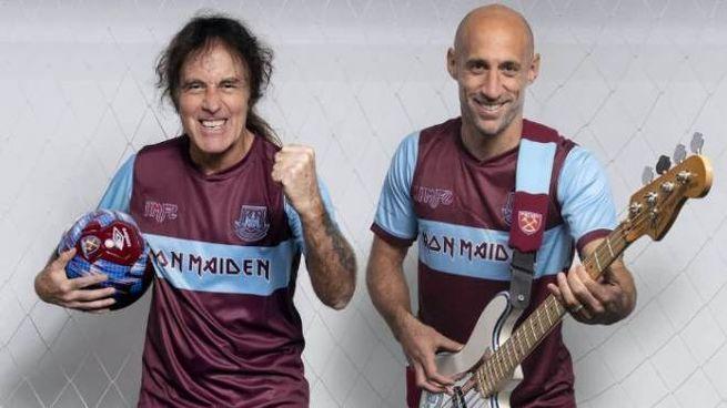 Steve Harris con il calciatore argentino Pablo Zabaleta