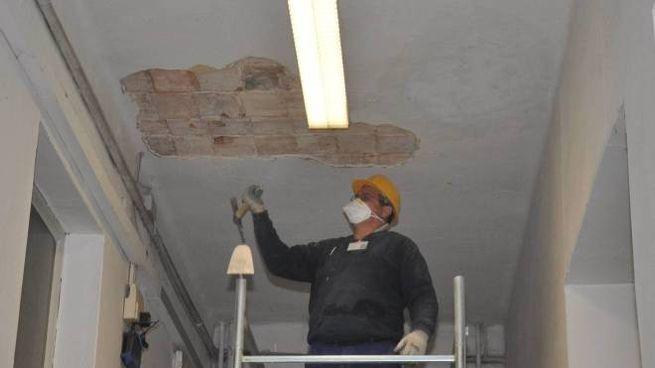 Un intervento di consolidamento di un soffitto in una scuola dell'area di Pavia
