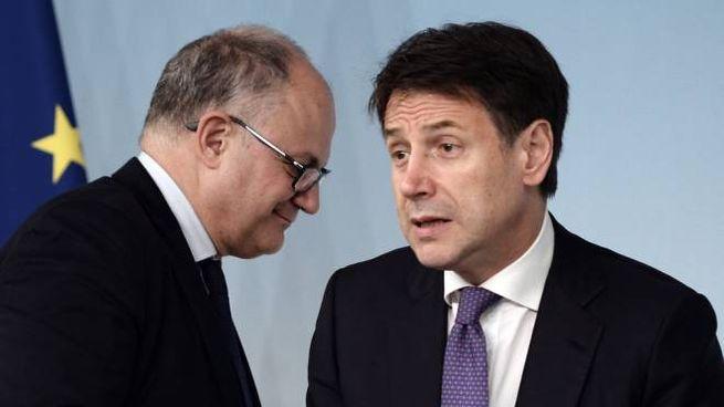Il ministro dell'Economia Gualtieri col premier Conte (LaPresse)