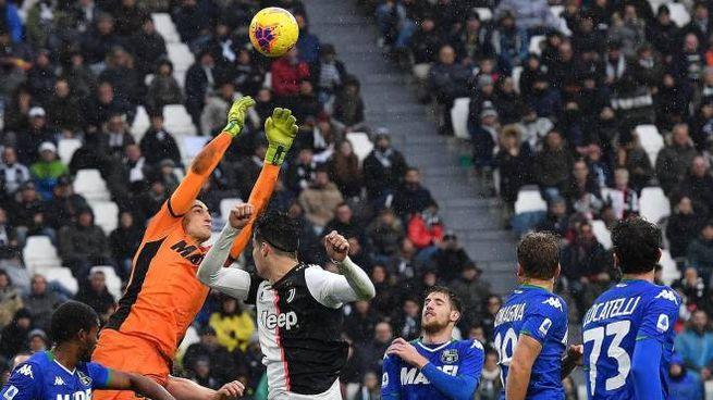Sassuolo, Stefano Turati in uscita su Cristiano Ronaldo (Foto Ansa)