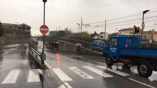 Il sottopasso di via Roma a Pontedera chiuso dalla protezione civile