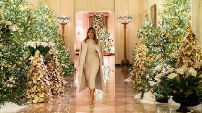 Melania Trump tra gli addobbi di Natale (@flotus Instagram)