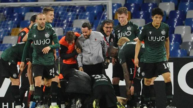 Il Bologna fa festa per la vittoria contro il Napoli (Foto Ansa)