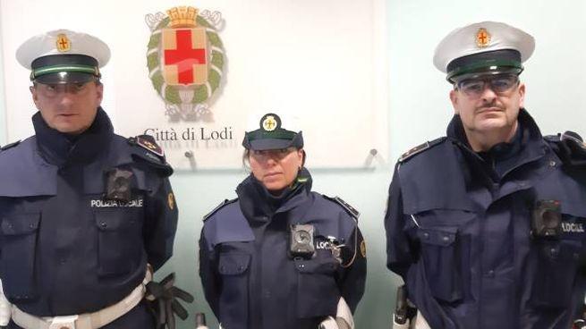 Gli agenti di polizia locale con indosso la bodycam
