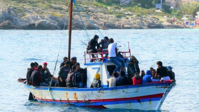 Migranti a bordo di un barcone (foto d'archivio Ansa)