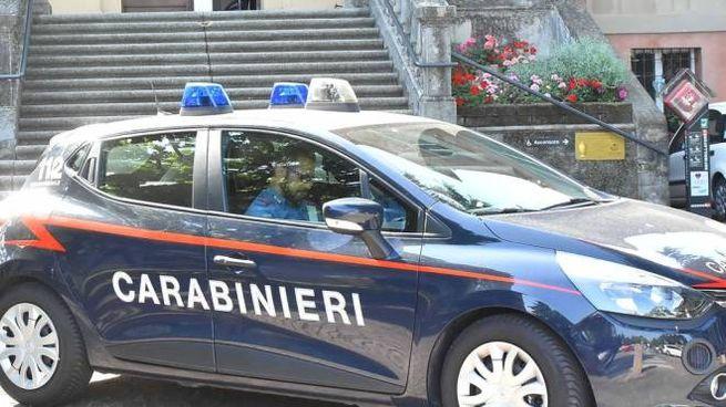 I carabinieri davanti al municipio  di Bibbiano nei giorni in cui venne arrestato Carletti