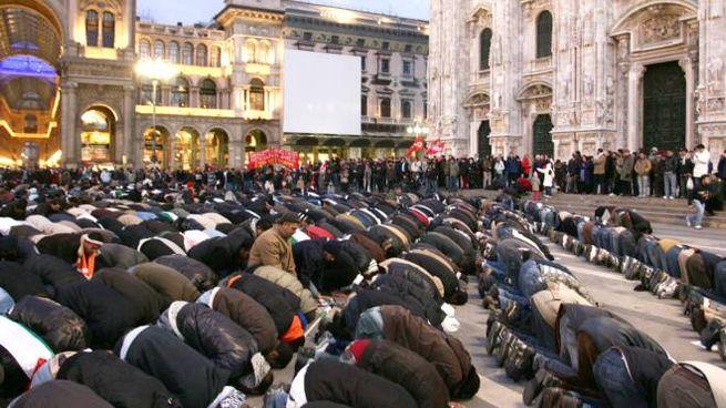 Fedeli mussulmani pregano in piazza Duomo a Milano