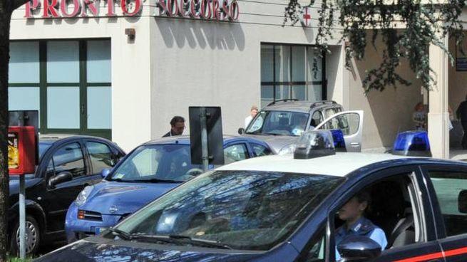 Carabinieri davanti all'ospedale di Erba