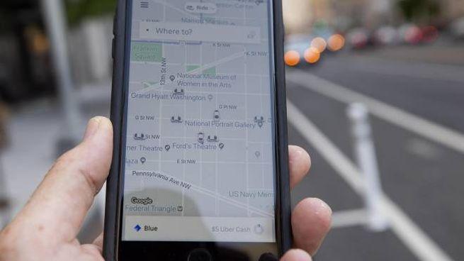 L'applicazione Uber su uno smartphone (Ansa)