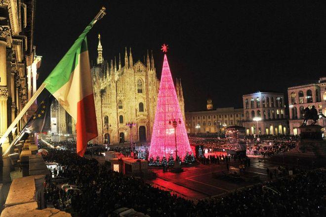 Albero Di Natale Milano.Milano L Albero Di Natale Da Spettacolo In Piazza Duomo Cronaca Ilgiorno It