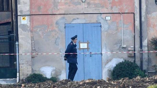 La pattuglia de carabinieri davanti alla villa (Fotoschicchi)