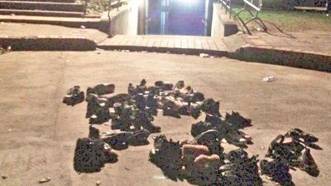 Un'immagine agghiacciante: le scarpe perse dai ragazzi nella fuga dalla discoteca