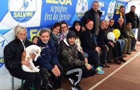 I volontari della Lega al lavoro nella palestra che domani accoglierà Salvini