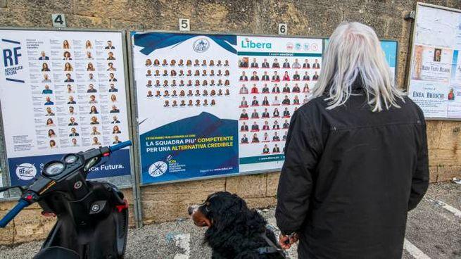 I manifesti elettorali dei vari partiti. Da oggi in vigore il silenzio  (foto Pruccoli)