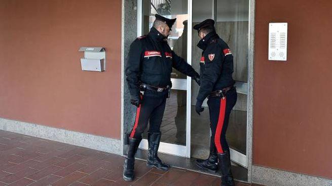 I carabinieri presidiano lo stabile di via Gramsci a Orbassano, alle porte di Torino (Ansa