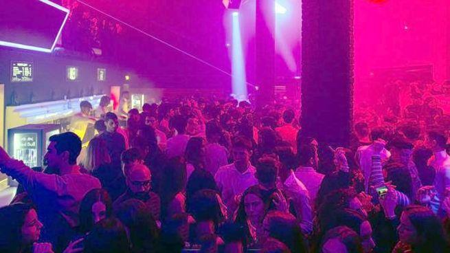 Ragazzi in discoteca