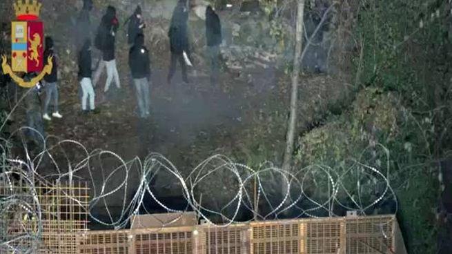 Un frame del video della polizia di Stato: attivisti No Tav di Askatasuna (Ansa)