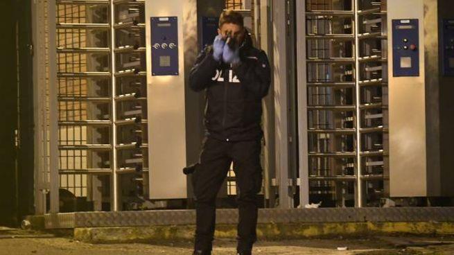 Bologna, la polizia scientifica al lavoro sul luogo dell'accoltellamento (FotoSchicchi)