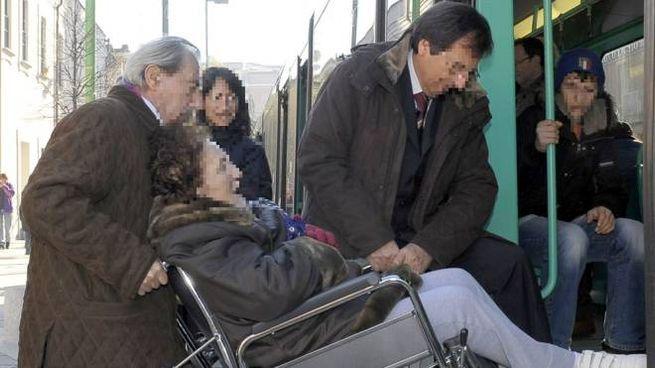 Una viaggiatrice in carrozzella sul tram 31