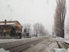 Via Indipendenza dopo una delle nevicate degli anni scorsi. Giovedì è prevista la possibilità di precipitazioni anche a quote basse