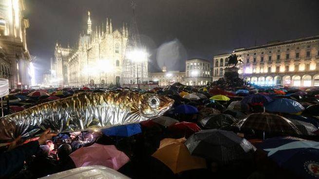 Sardine in piazza Duomo a Milano (Foto Newpress)