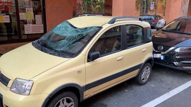 L'auto con il vetro sfondato in via Alessandrini a Bologna