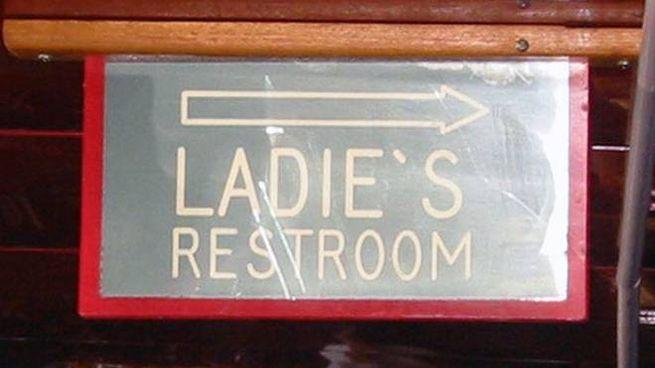 Un cartello in un locale indica il bagno delle donne (ladies), ma l'apostrofo è sbagliato