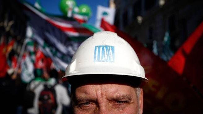 Un lavoratore dell'ex Ilva durante lo sciopero indetto dai sindacati (Lapresse)