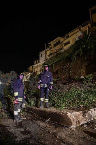 Il muro si abbatte sulla strada, spaventoso crollo a Montelupo. Famiglie evacuate – Cronaca