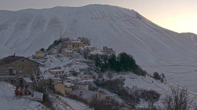 Castelluccio di Norcia sotto la neve (da castellucciowebcam.it)