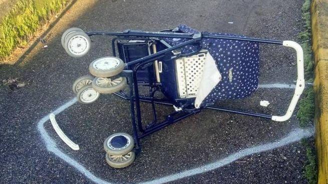 Il passeggino scaraventato dopo l'urto con l'utilitaria avvenuto martedì