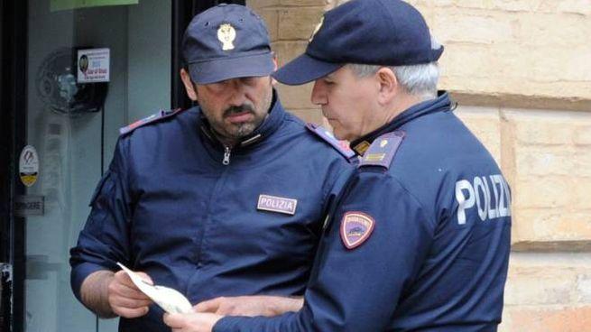 La polizia è impegnata nei controlli fuori dagli istituti nell'operazione 'Scuole sicure'