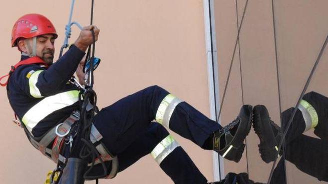 Un vigile del fuoco impegnato in un'esercitazione