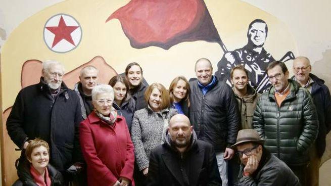 Un gruppo di partecipanti alla prima assemblea delle sardine pratesi. (foto Attalmi)