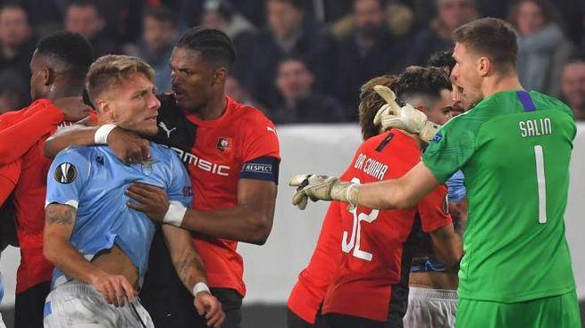 Il confronto fra Immobile e il portiere del Rennes Salin