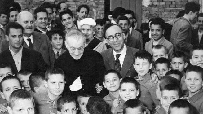 Don Giulio Facibeni, al centro nella foto al fianco di Giorgio La Pira, è stato proclamato