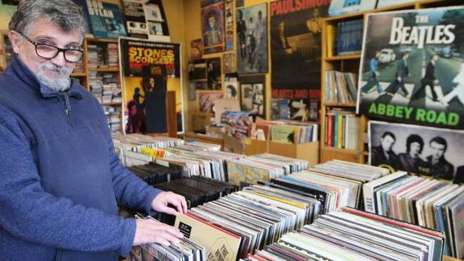 Massimo Colombo nel mitico negozio di dischi aperto all'età di 22 anni
