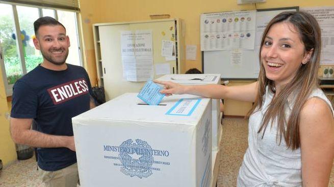 Il voto in un seggio elettorale