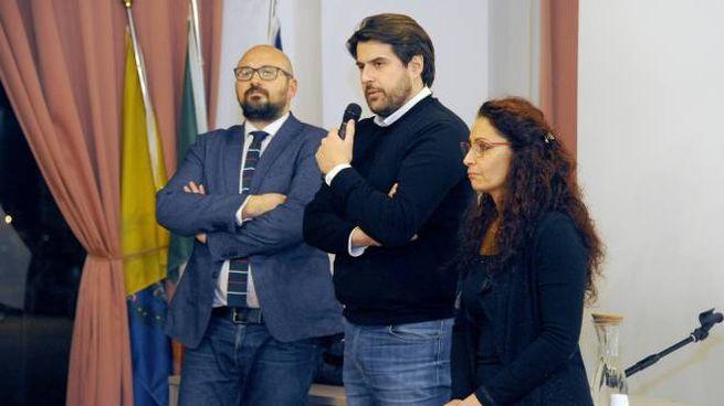 Il sindaco Simone Negri, Stefano Buffagni e Maria Pulice