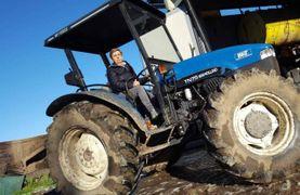 Beatrice Bertoni sul suo trattore che i ladri hanno provato a rubare