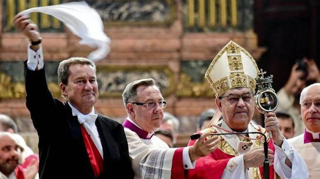Napoli, il rito della liquefazione del sangue di San Gennaro (Ansa)