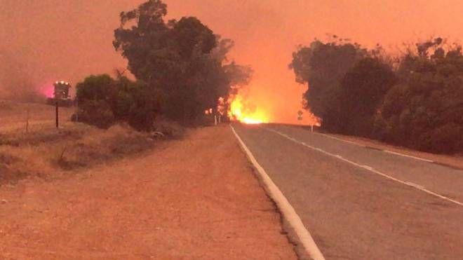 L'incendio dal quale è fuggito il 12enne (Foto Twitter @DalwallinuPol)