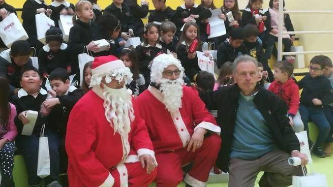 Un momento della consegna delle borracce da parte di Avis e Babbo Natale
